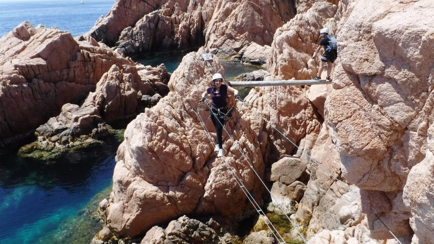 via ferrata colgada sobre el mar 1